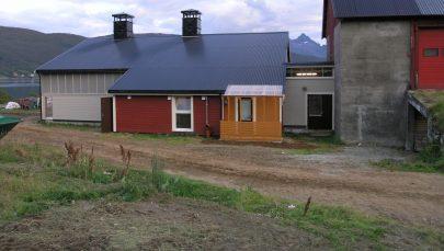 Etter utbygging nytt kufjos forbindelsesgangen og gammelfjosen til hoyre Foto Svein Johnsen